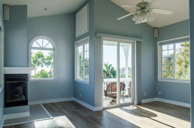 Interior moderno de moda de una sala de estar con paredes azules y ventanas blancas