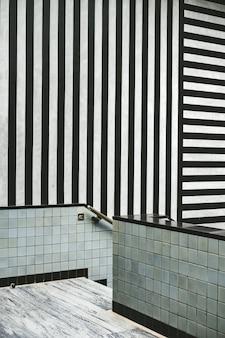 Interior moderno con rayas blancas y negras.
