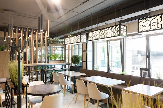Interior de un moderno restaurante urbano en la luz del sol de la mañana