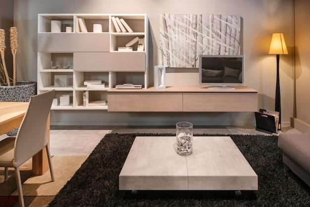 Interior moderno de la sala de estar con mesa de comedor