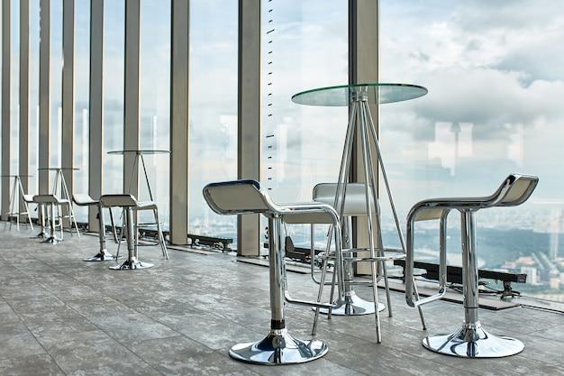 Interior de negocio abstracto con una pared de vidrio y vistas panorámicas de la hermosa ciudad de ponama.