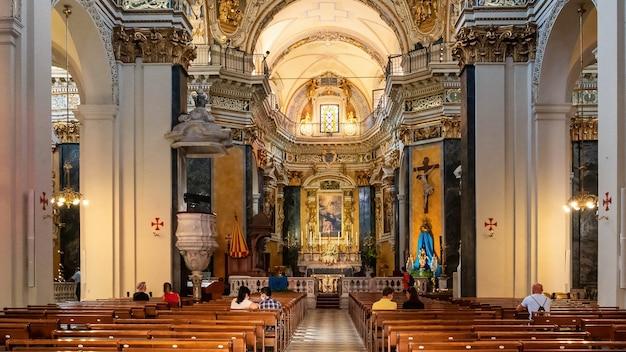 Interior de la niza catedral de estilo clásico personas sentadas