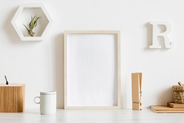 Interior de la oficina en casa escandinava con marco de cartel de maqueta de madera, accesorios de oficina de diseño, cintas, suministros, notas, palos de notas, plantas de aire. concepto minimalista. plantilla.