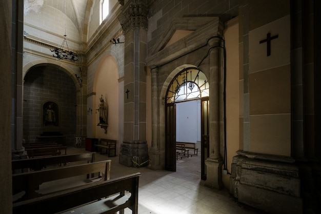 Interior de una oscura iglesia abandonada