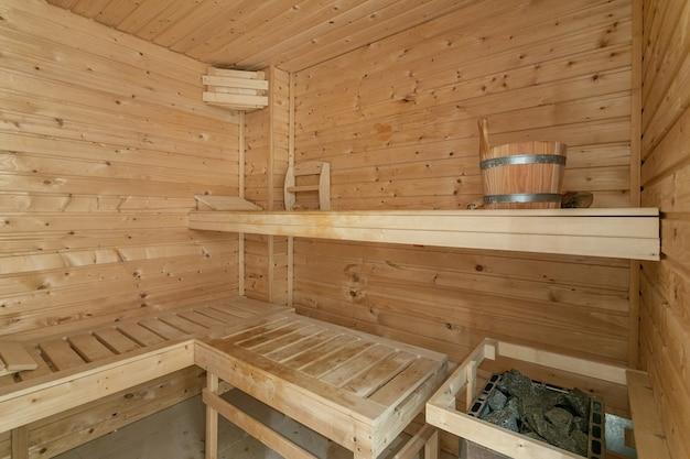 Interior de la pequeña casa de sauna finlandesa de madera