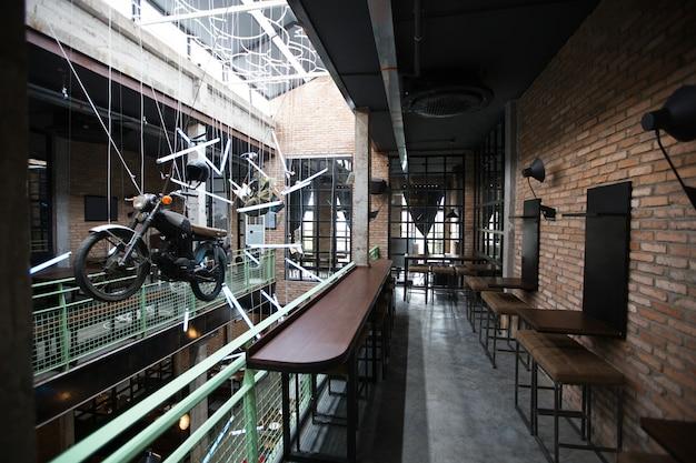 Interior del pub con la instalación de la motocicleta