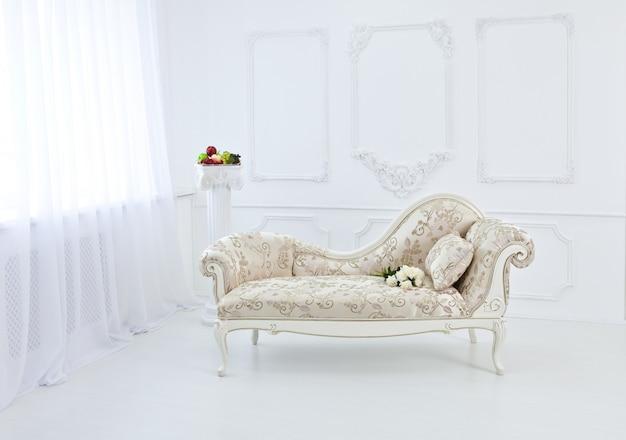 Interior del renacimiento y barroco con un sofá.