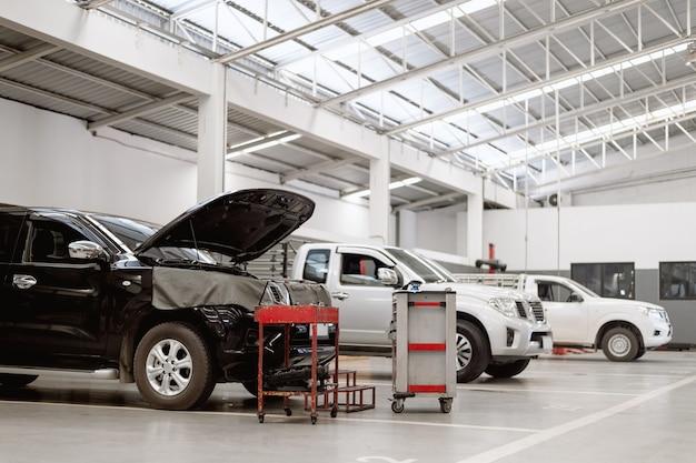 Interior de una reparación de automóviles en estación de servicio de garaje