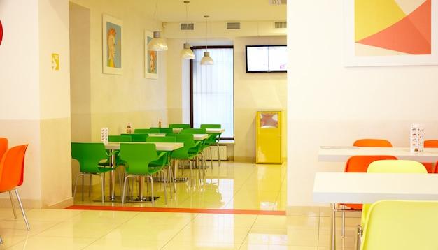 Interior de un restaurante de comida rápida.