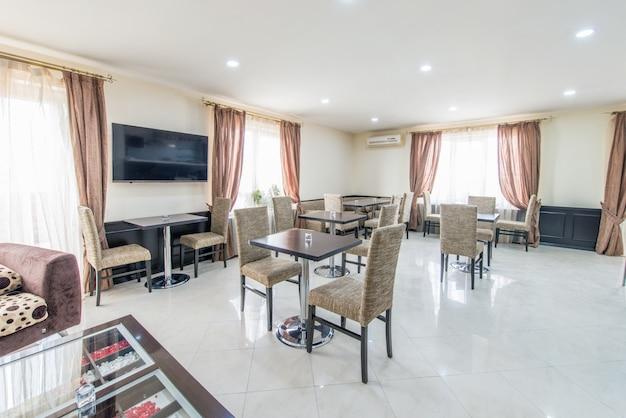 Interior del restaurante en hotel moderno