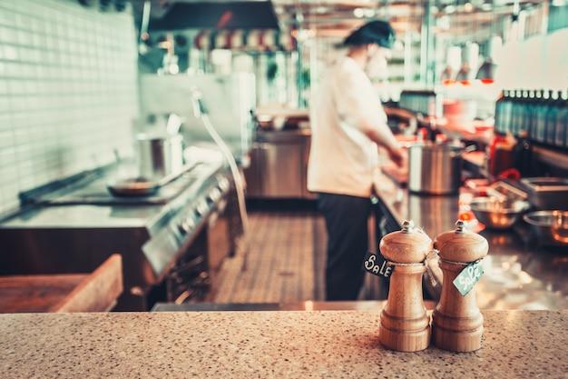 Interior del restaurante con sal y pimienta