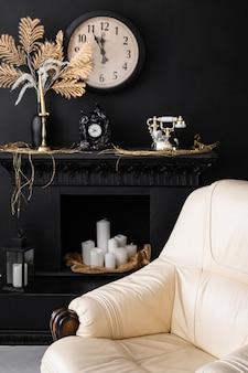 Interior retro vintage. interior de la sala de estar retro en colores negros oscuros. chimenea y silla de cuero retro
