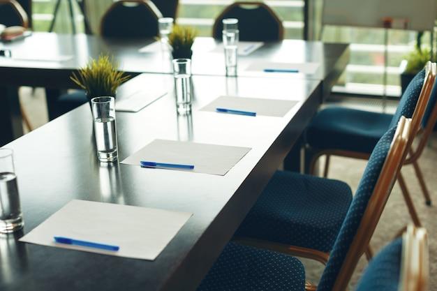 Interior de la sala de conferencias con sillas vacías.