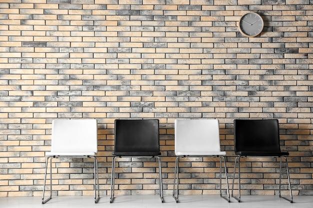 Interior de la sala de espera con fila de sillas. entrevista de trabajo