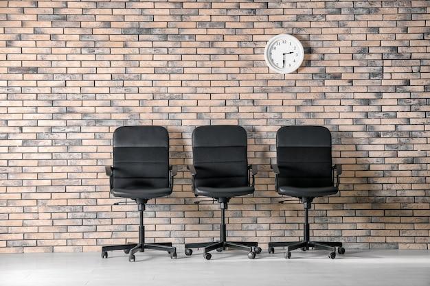 Interior de la sala de espera con fila de sillones. entrevista de trabajo
