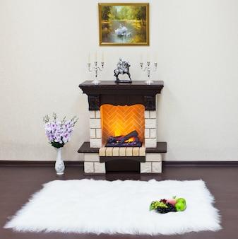 Interior de sala de estar con chimenea.