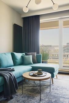 Interior de la sala de estar moderna creativa en ventanas de apartamentos pequeños con una vista de la gran ciudad en la plantilla