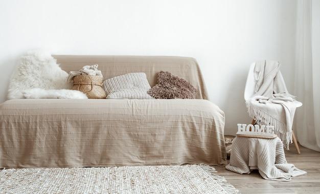 El interior de la sala de estar con sofá y elementos decorativos.