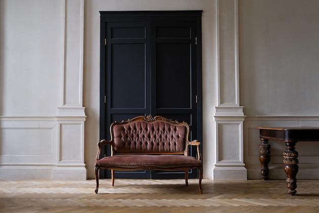 Interior de la sala con estilo retro con sofá antiguo