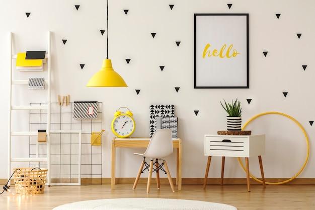 Interior de sala de juegos para niños brillante con muebles de madera y pegatinas de triángulo negro en la pared. foto real