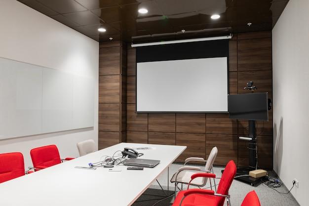 Interior de la sala de juntas moderna vacía en la oficina creativa