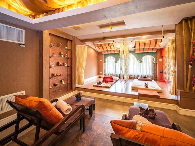 Interior de la sala de masajes vintage con fuente de luz natural desde la ventana