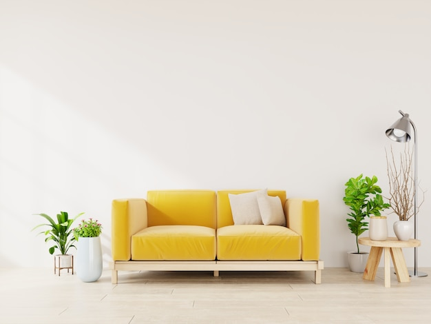 Interior de la sala verde claro con sofá de tela amarilla, lámpara y plantas en vacío.