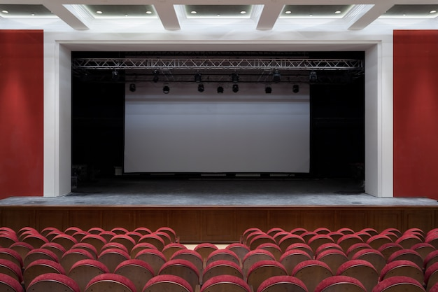 El interior de la sala en la vista del teatro o cine del escenario.