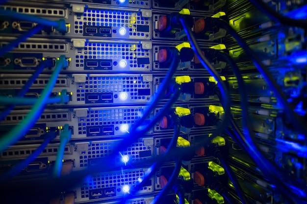 Interior del servidor con cables azules