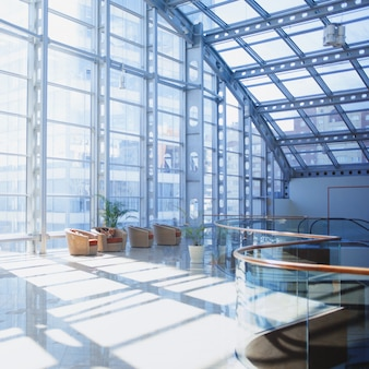 Interior de shoppingmall, habitación con ventana panorámica