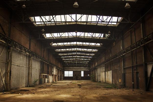Interior de taller de fábrica antigua vacía abandonada