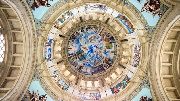 El interior del techo del palacio nacional en barcelona