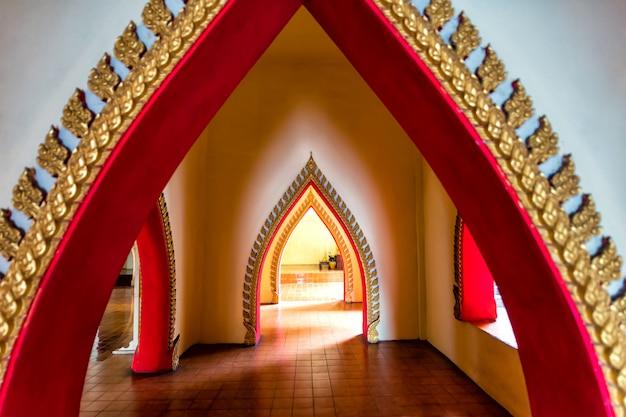 Interior del templo tailandés
