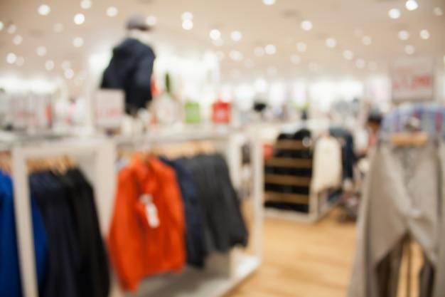 Interior de tienda boutique de ropa borrosa
