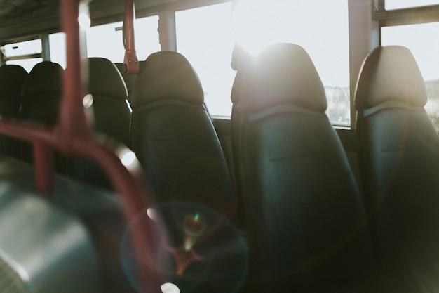 Interior de un transporte público de autobuses.