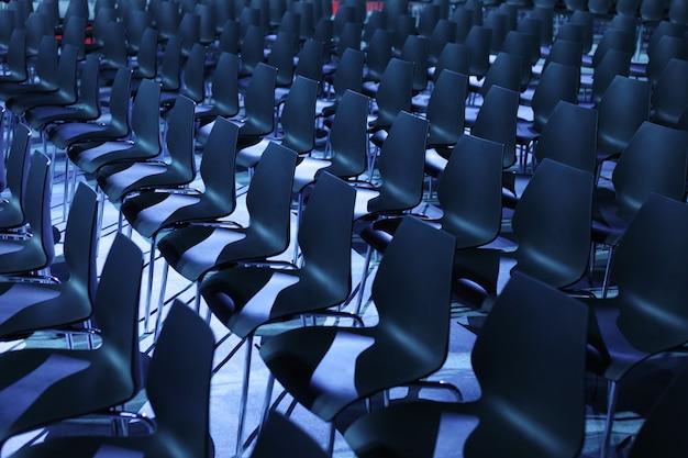 Interior vacío de la sala de conferencias.
