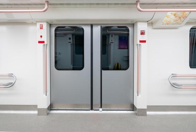 El interior vacío del vagón del metro.