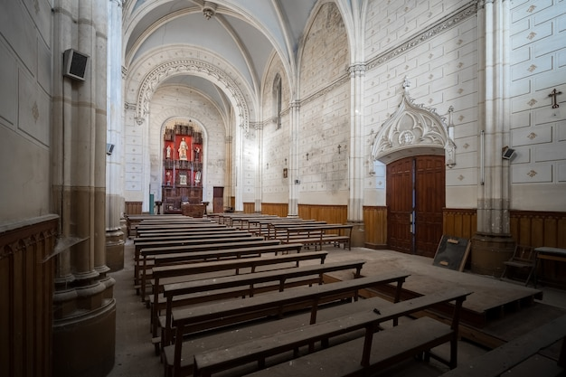 Interior de una vieja iglesia abandonada