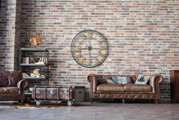Interior vintage con sofá de cuero.