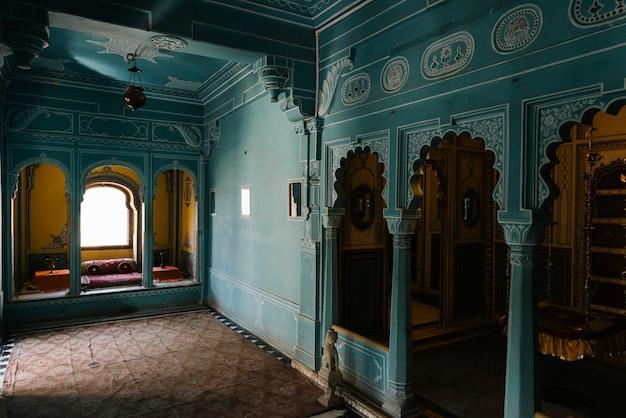 Interior de zenana mahal en el palacio de la ciudad en udaipur rajasthan