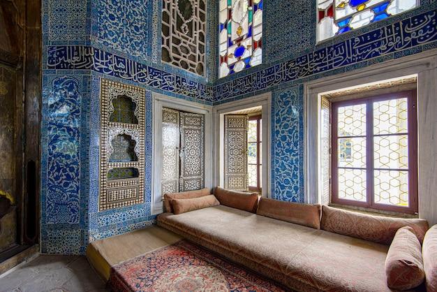 Interiores del palacio de topkapi y vidrieras en estambul en turquía