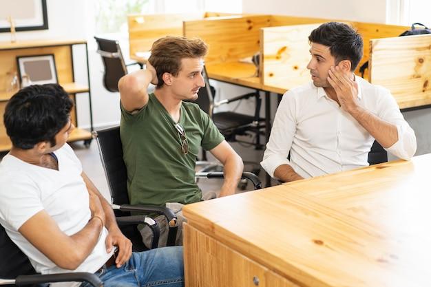 Internos que comparten ideas con un mentor