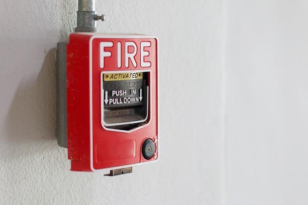 Interruptor de la alarma de incendio en la pared en fábrica.