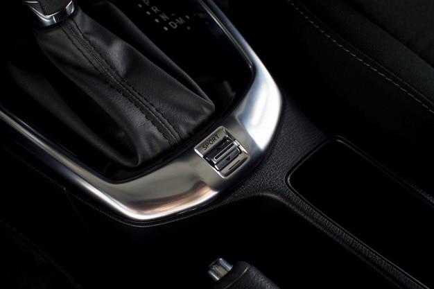 Interruptor de botón de modo deportivo y de confort del automóvil de transmisión automática de engranajes en un automóvil de lujo.
