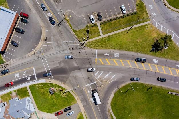Intersección principal de carreteras asfaltadas con múltiples carriles de carreteras, semáforo y cruce de peatones.