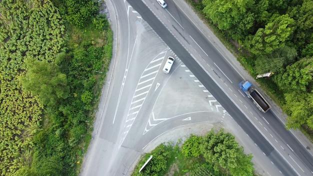 Intersección con salida en vía de alto riesgo. autopista para tráfico de alta velocidad.