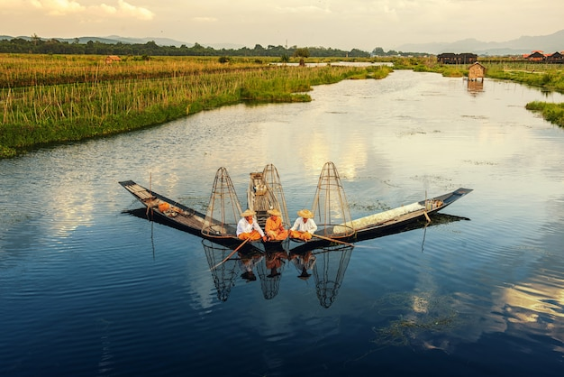 Intha birmanos pescadores en barco pescando tradicional en el lago inle, estado de shan, myanmar