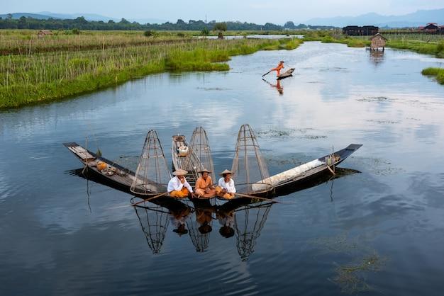 Intha pescadores trabajando por la mañana.