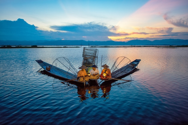 Intha pescadores trabajando por la mañana