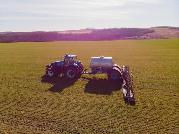 La introducción de fertilizantes minerales líquidos en el suelo con tractor de trigo de invierno